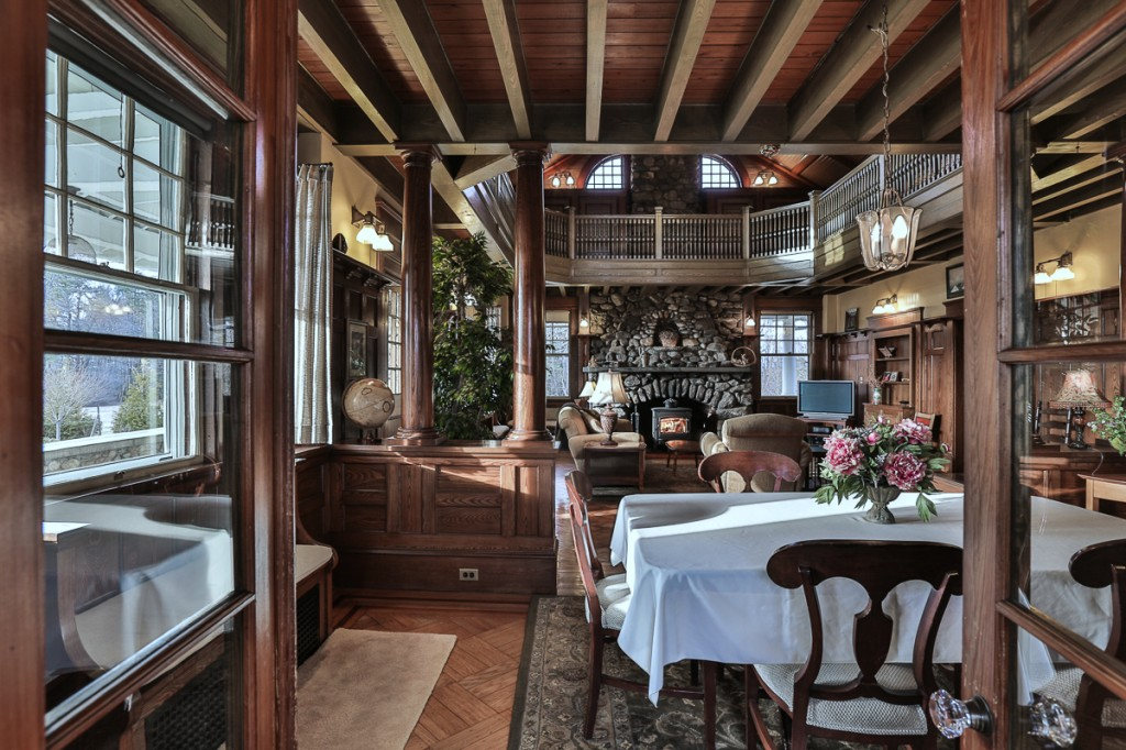 Shingle style Dining Room